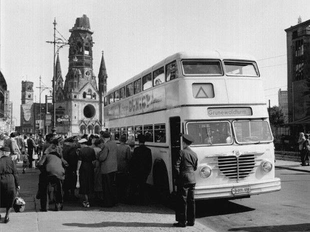 wazzup2!Ein BVG-Doppeldecker-Bus hält im Jahre 1955 an der Kantstraße in Berlin-Charlottenburg