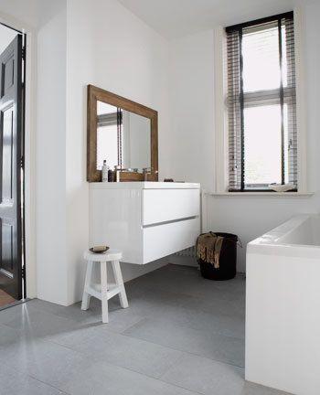 Dankzij het zwevende wastafelmeubel loopt de vloer mooi door en lijkt de ruimte optisch groter.