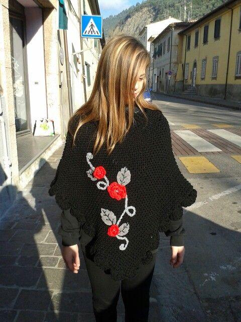 Poncho in lana rifinito in feltro