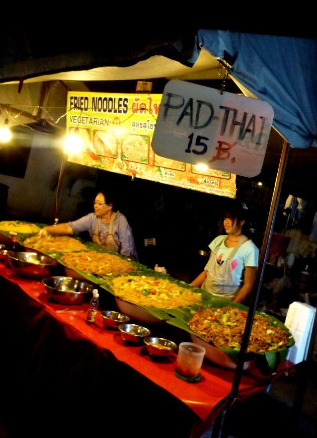 http://www.asie-voyages.com Marché de nuit, Chiang Mai , Thailande