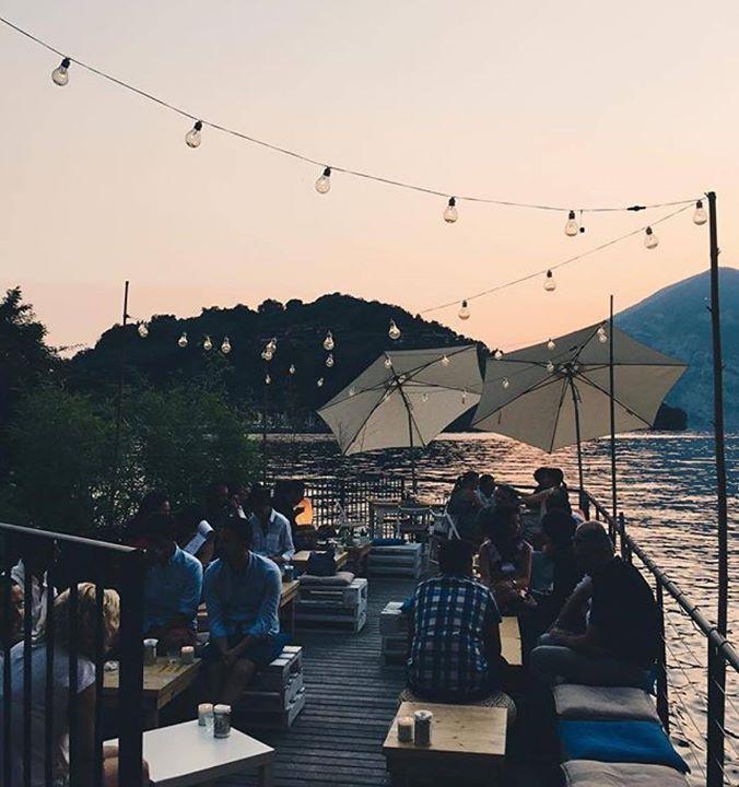 Come diceva quel tipo...? un aperitivo sul #lagodiseo non ha prezzo! Lasciati trasportare da un territorio 'segreto' ' che sa regalare emozioni esclusive. Sarà per una sera soltanto oppure per una vacanza di un mese.... scopri il nostro mondo su: www.iseolake.info il portale ufficiale del lago e della #Franciacorta!  Foto @alicertk  #visitlakeiseo #theromanticchoice #inlombardia #darsena21 #summerinlombardia #italiait #ilikeitaly #inlombardia #iseolake #inlombardia365 #ilpassaporto…