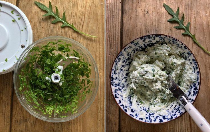 Tramezzini integrali con robiola alle erbe e fiori primaverili