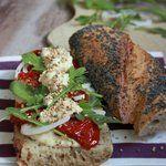 Sandwich-baguette au houmous, tomates séchées et roquette
