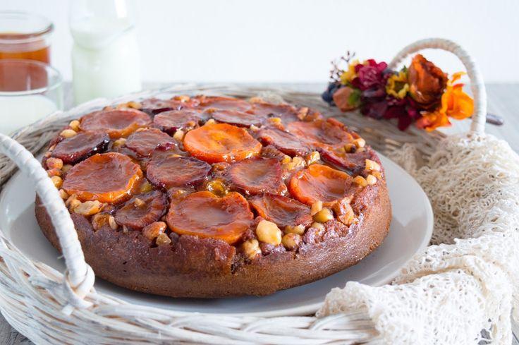 Obrácený skořicový koláč s meruňkami, švestkami, lískovými ořechy a meruňkovým karamelem/Cinnamon upside down cake with apricots, plums, hazelnuts and apricot caramel