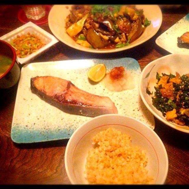 鰆美味しくてびっくりしました。 - 3件のもぐもぐ - 麻婆茄子と鰆の塩焼きと大根の葉の炒め物とお味噌汁 by トキロック