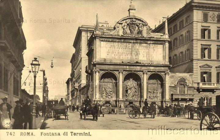 Largo di Santa Susanna – La Fontana del Mosè, mostra terminale dell'Acqua Felice. Carrozze si radunavano in attesa dei clienti Anno: 1900 ca