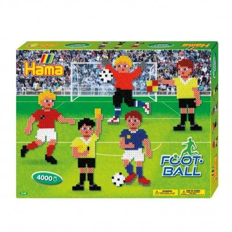 Complete Hama strijkkralenset in voetbal thema. Inhoud: 4000 strijkkralen, 2 vierkante koppelbare stijkkralenbordjes, strijkpapier, instructies en verschillende voorbeelden.  Afmeting verpakking 32 x 25 x 4 cm Geschikt voor kinderen vanaf 5 jaar.