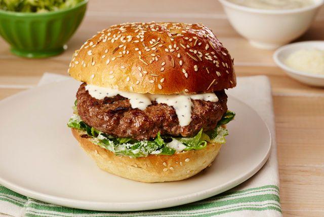 Ave César! Badigeonnez vos galettes de bœuf de vinaigrette César, la préférée de tous! Ensuite, garnissez vos hamburgers de salade César. Un régal!