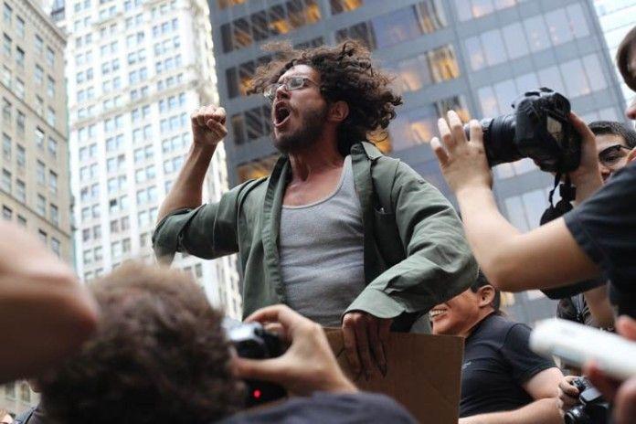 Hombre gritando en una protesta en la calle.