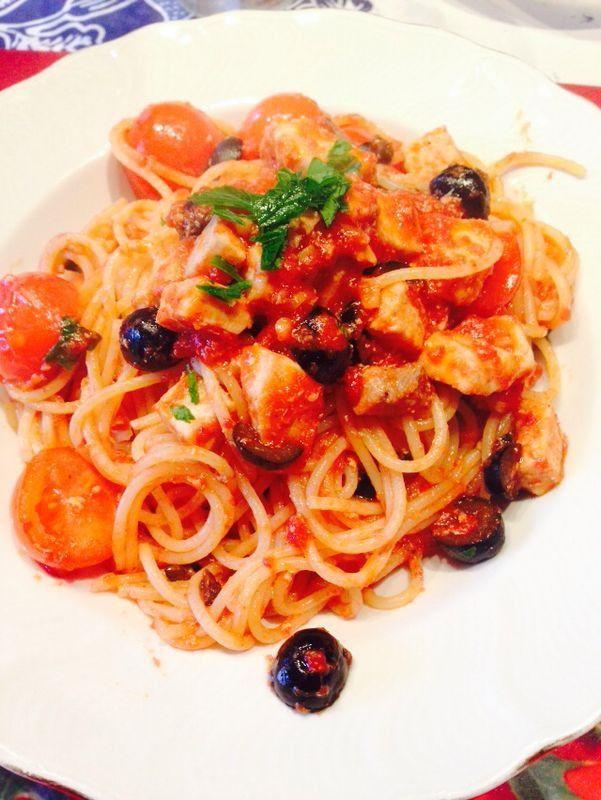 Spaghetti sugo di pomodoro, pomodorini freschi, merluzzo e olive.