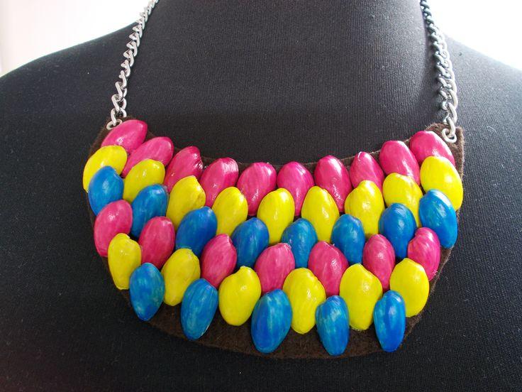 #Collar con cáscaras de #pistacho y #esmalte de #uñas