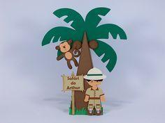 Cone pirâmide no formato de coqueiro para o tema safári, personalizado com nome do aniversariante. Fica lindo na decoração da mesa da sua Festa Safári. Festa Zoológico - Festa na Floresta.