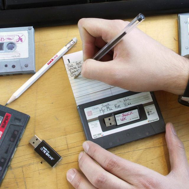 Create your very own mix tape -(like back in the day)...and save it on a USB drive-(NOT like back in the day): Usb Driving, Usb Sticks, Clé Usb, Gifts Ideas, 1Gb Usb, Usb Mixtape, Tape Usb, Cassette Usb, Mixed Tape