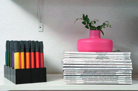 Aqui, as revistas aparecem em sequência cronológica: as edições mais novas estão no topo das pilhas. Os blocos das publicações mais consultadas ficam nas prateleiras do meio, fáceis de acessar.