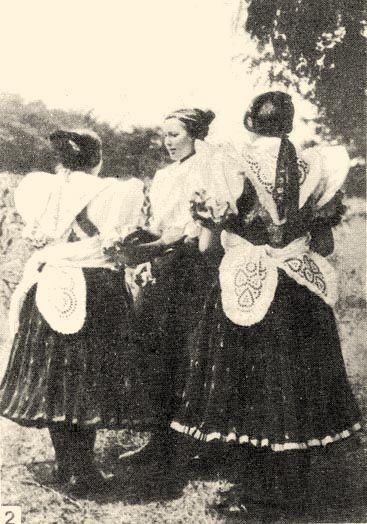 Fiatalasszonyok feltűrt ujjú ingvállban, fehér vállkendővel (20. sz. első fele) Boldog, Pest m - Hungary