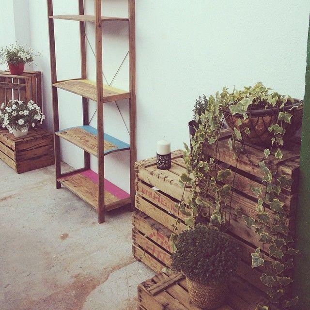 Damos la bienvenida a la primavera con nuestro pequeño rincón decorado con cajas de madera, estantería recuperada, pintada a 5 colores y tratada con aceite...  www.lapetitemaisonlaboratoridart.com www.facebook.com/lapetitemaison.laboratoire