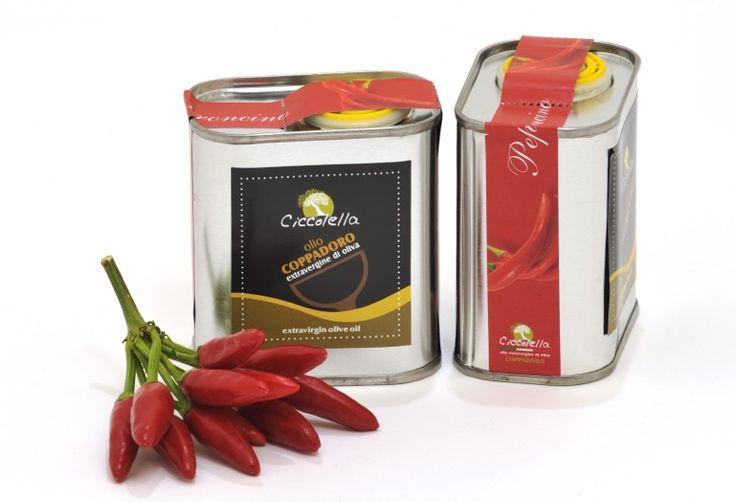 L'olio extravergine d'oliva Coppadoro incontra il Peperoncino (Capsicum annuum L.),bacca dal gusto piccante e persistente, per dare origine ad un condimento forte e deciso. L'olio extravergine di...