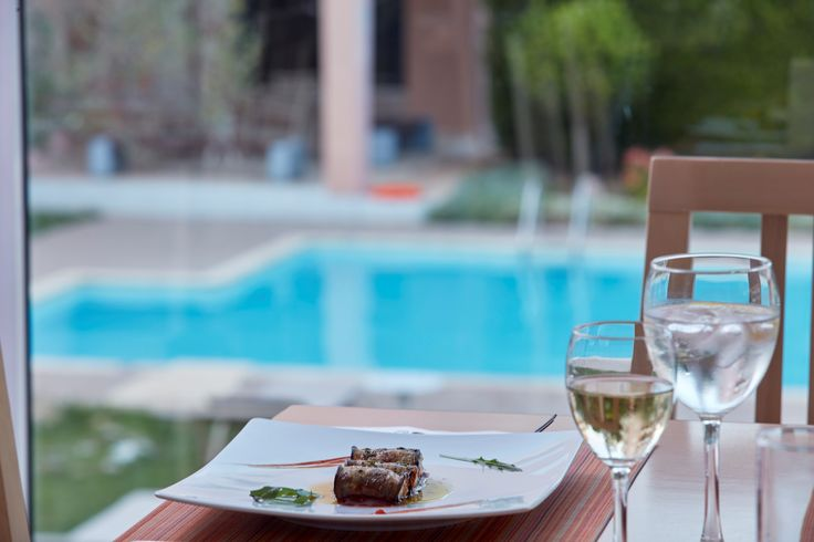 Superb views over the gardens and the swimming pool, while enjoying your meal!