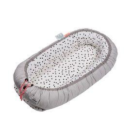 """Nieuw in """"babyland"""" een heerlijk babynest om je kleintje een veilig en geborgen gevoel te geven tijdens het slapen in bed, ledikant of wiegje. Door de touwtjes in de rand aan te trekken kun je eenvoudig het formaat aanpassen. Tevens is het een makkelijk mee te nemen bedje voor als je bijvoorbeeld ergens op visite gaat want het wordt geleverd in een handige plastic tas met handvat. Door de hoog opstaande rand kun je kleintje er niet uitvallen."""