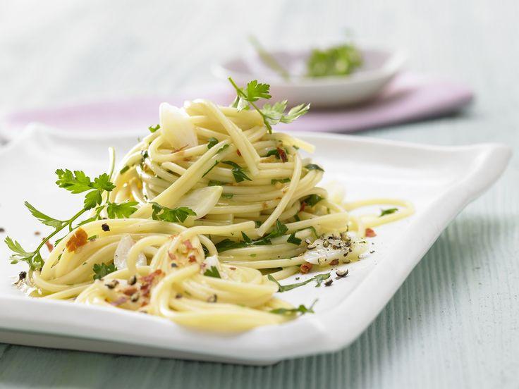 Wenig Zutaten, viel Geschmack! Chili-Knoblauch-Spaghetti - mit Petersilie - smarter - Kalorien: 506 Kcal - Zeit: 25 Min. | eatsmarter.de