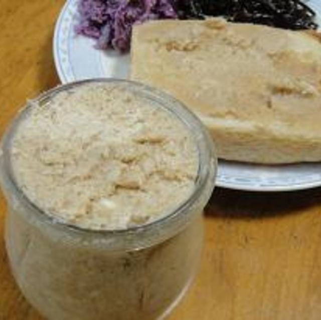 大豆バター 料理紹介 大豆の水煮が余った時に簡単に作れます。 ★材料(5人以上分) 大豆の水煮 140g 発酵バター 70g きび糖 50g 塩 小1/2弱 ★作り方(5分未満) 1. 大豆の水煮をフードプロセッサーで攪拌する。 2. きび糖・塩を入れて攪拌する。 3. 発酵バターを2回に分けて攪拌する。 4. 保存容器に入れて出来上がり。 ★ワンポイントアドバイス フードプロセッサーを使うので簡単に出来ます。 ★よろこばレシピ エピソード 朝食の時、止まらない~!!とたっぷり塗って食べていました。