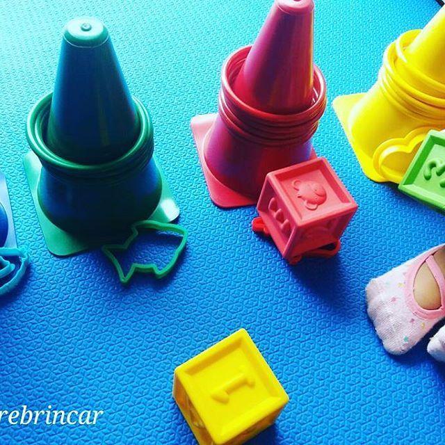 Nesta manhã chuvosa a brincadeira com a #Lisboneca é com associação das cores primárias.  Cones, argolas, cubos e formas agrupados nas cores correspondentes. 💙💚❤💛 . A pequena aprendiz está mandando bem 😍😍 . E por aí, qual a brincadeira? .  #aprenderbrincando #desenvolvimentoinfantil #brincandocomcores #coresprimarias #infanciabrincante #Lis1ano11m  #maternarebrincar