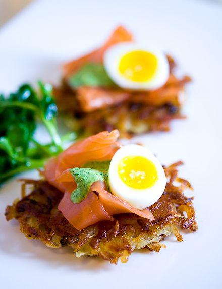 Galette de pommes de terre, oeuf, saumon fumé & crème de cresson // Potato latke with smoked salmon, egg and watercress cream