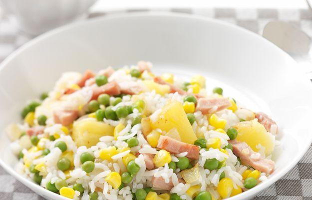 Heerlijk recept voor Driekleurenrijst. Ingrediënten: doperwten, maiskorrels, knoflook en hamreepjes. Gebruik Lassie Witte Rijst voor een perfecte basis.