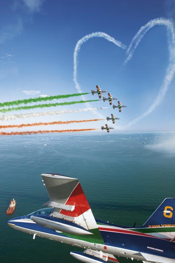 Frecce Tricolori - http://www.alfaromeo.be/be/#/fr/alfa-romeo-experience/partenariats-et-sponsoring/frecce-tricolori - Autre: https://www.flickr.com/photos/andreadrago/7592583476/