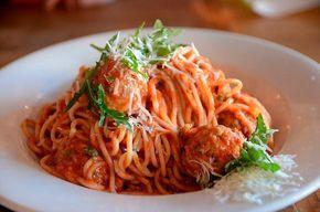 Siempre me han llamado la atención los espaguetis con albóndigas que salen en las películas americanas... Y siempre he pensado que esta receta de pasta te
