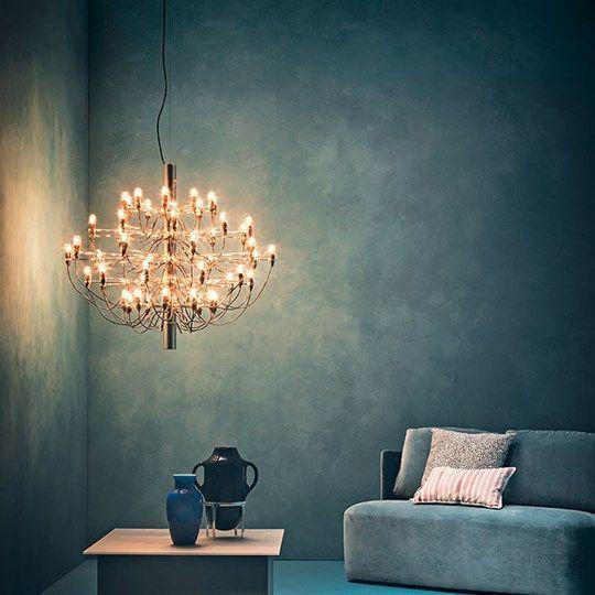 De Flos 2097/30 en de 2097/50 hanglamp wordt respectievelijk uitgerust met 30 of 50 lampen en is verkrijgbaar in de varianten glanzend chroom en messing. Een echte designkassieker van FLOS