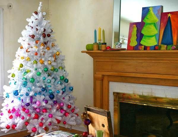 A fehér karácsony hangulatát idézik a hófehér műfenyők. Látványosan díszíthetők