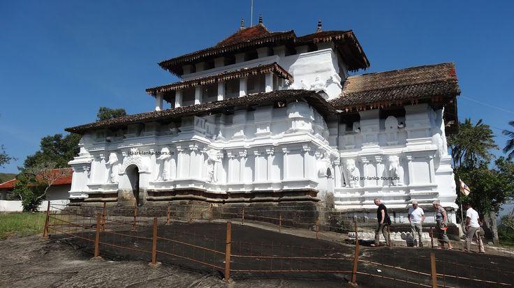 Lernen Sie auf unseren Sri Lanka Rundreisen den Lankatilaka Tempel in Kandy kennen, der im 14. Jahrhundert auf einem Felsen erbaut wurde.