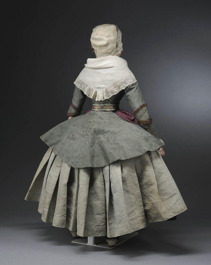 Miniatuurpop gekleed zoals een vrouw uit Zaandam aan het einde van de 18de eeuw #NoordHolland #Zaanstreek