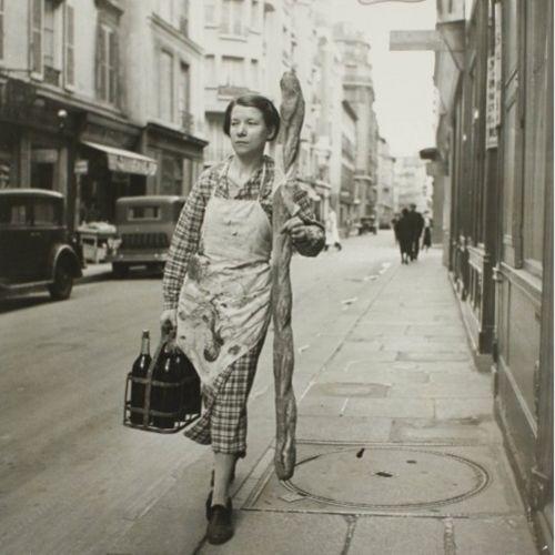 PARIS - Branson Decoup     Paris     1945    waou! bonjour la taille de la baguette!!