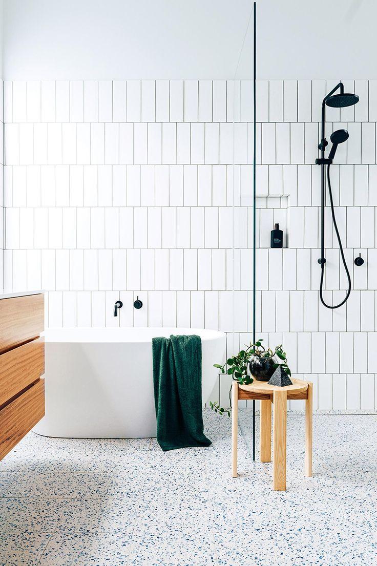 Vertikale Subwaytiles/ Metrofliesen weiß schwarz Badezimmer freistehende Badewanne Dusche ebenerdig Glas schwarze Armatur minimalistisch modern Fliesen Idee Holz Wohnen Bad einrichten
