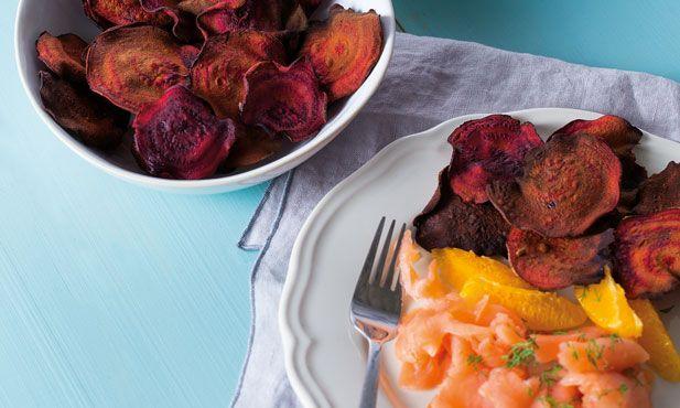 Se gosta de receitas fáceis, faça estes chips de beterraba com salmão fumado, laranja e aneto, um petisco para comer sem culpa!