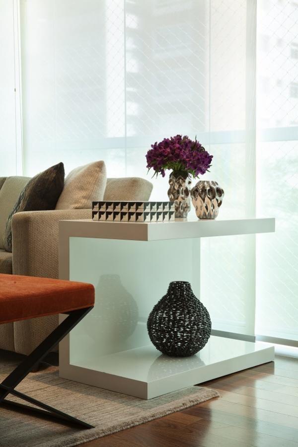 Detalhes de decoração na mesa lateral. Base neutra, com bege e branco, é destacada com tons de prata, cobre e marsala.