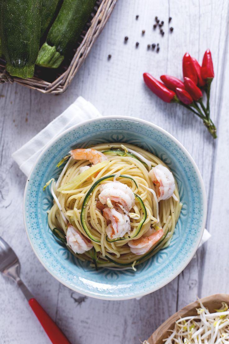 Non è il classico abbinamento gamberi e zucchine. Ecco come lo abbiamo rivisitato: spaghetti con gamberi, zucchine e germogli di soia! #Giallozafferano #recipe #ricetta #pasta