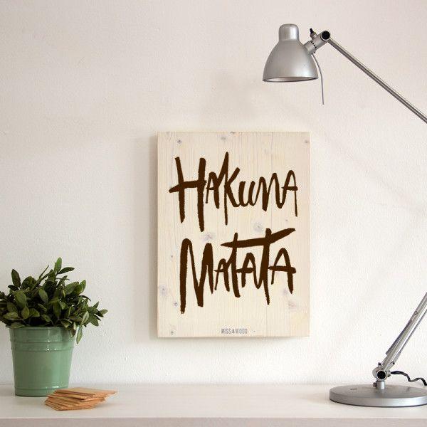 Cartel-de-madera-para-la-decoracion-nordica- woody-m-hakuna-matata-blanco