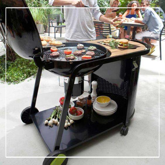 Reconstituez une véritable petite cuisine en extérieur, avec ce barbecue charbon de bois sur chariot Kinley.