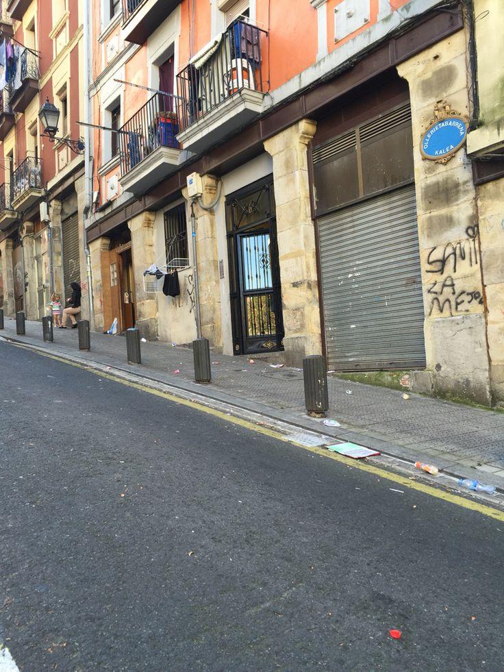 Ese otro Bilbao de barrios con casta, que cayeron en malas horas. Ahora hay casas en lonjas ilegales, basura, ruido... Se perdio la magia!