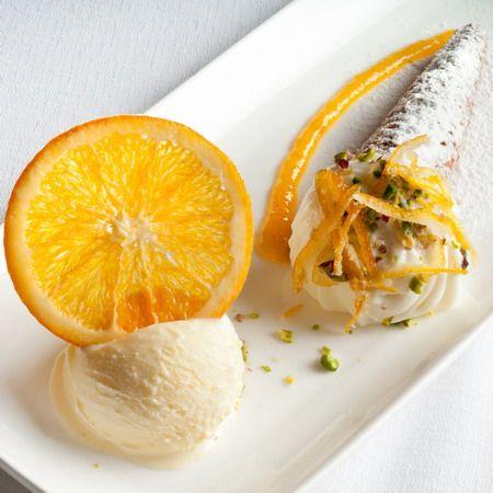 Cornucopia cialda di cannolo, marmellata di arance, gelato al vecchio samperi