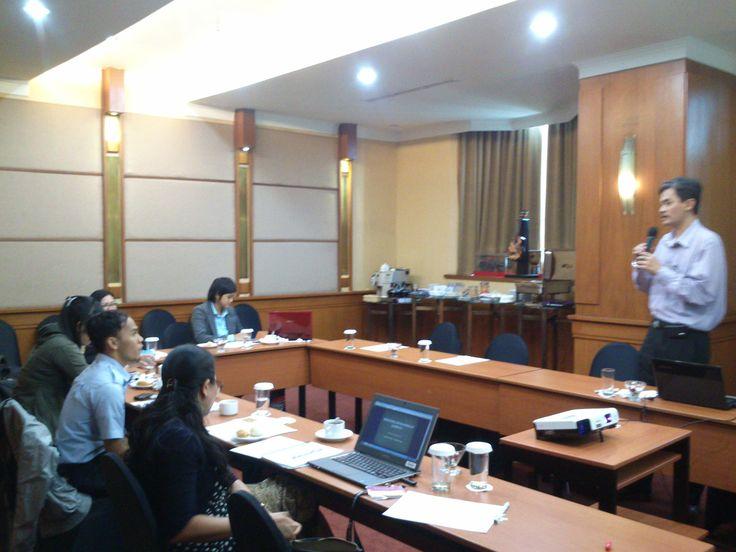 Bapak Sampoerno Budisetianto   Karimsyah Law Firm sedang menyampaikan materi