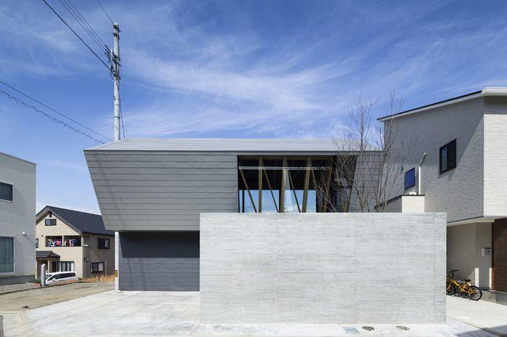 眺望を獲得できる高台に土地を購入した建主は広告代理店に勤めるグラフィックデザイナーで、開放性の高い建築空間を希望した。 杉板コンクリート打放し塀とガルバリウム鋼板の外壁がクールな対比を生みだし、端正な外観を構成している。大きな開口部を介して木構造の一部が垣間見える部分を除き、外部から内部の様子を窺い知ることはできない。...