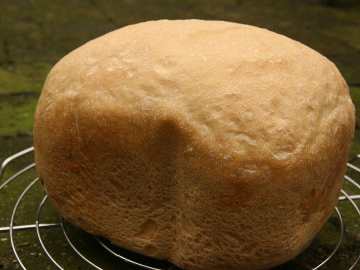 Lekker recept voor een knapperig witbroodje uit de broodbakmachine. Dit brood is erg lekker onder een gebakken ei of bij een goed soepje.
