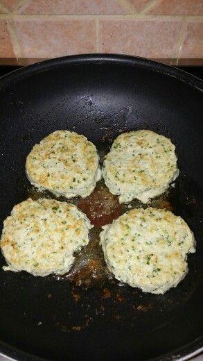 Steak haché de poulet . Recette 2 escalopes de poulet 2 echalottes 1 gousse d ail Persil. Coriande Mixer le tout Puis ajouter l oeuf .une demi cc de cumin.une demi cc de gimgembre .1 pincee de cannelle et une cc de moutarde mettre le tout dans le mixeur. Remixer pour bien melanger. Mettre du beurre dans une poele et faire des steak avec un cercle de patisserie pour avoir une forme ronde . Cuire les steaks selon son gout de cuisson.ne pas oublier de saler et poivrer a son gout.
