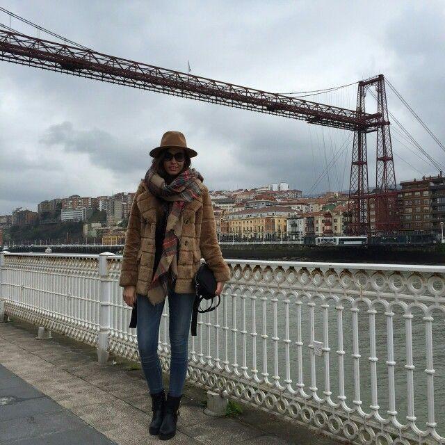 Puente colgante Bilbao, y con seguridad La modelo