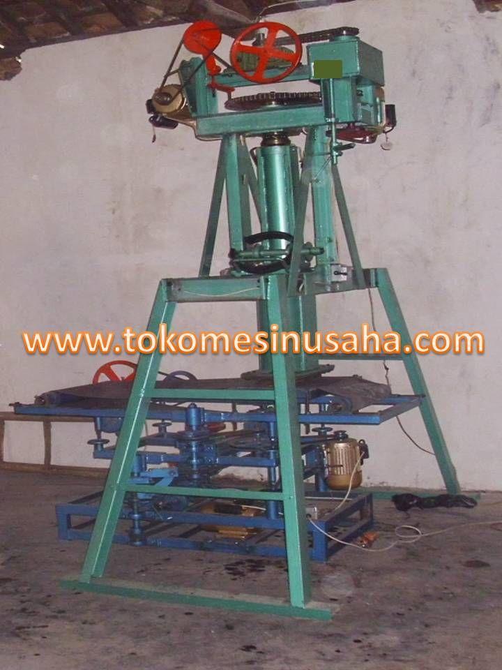 Mesin Cetak Kerupuk ini dapat digunakan untuk mencetak kerupuk mawar dengan ukuran yang sama dan cepat. Mesin ini sangat cocok bagi anda pengusaha kerupuk, telah kita ketahui bahwa kerupuk adalah lauk yang wajib ada pada tiap depot atoupun rumah makan, oleh karena itu merupakan peluang usaha bagi anda. Spesifikasi : Kapasitas : 200 – 300 kg/ jam Daya : 1500 W Bahan : Baja dan besi Transmisi : Gear box, pulley, rantai, V-Belt