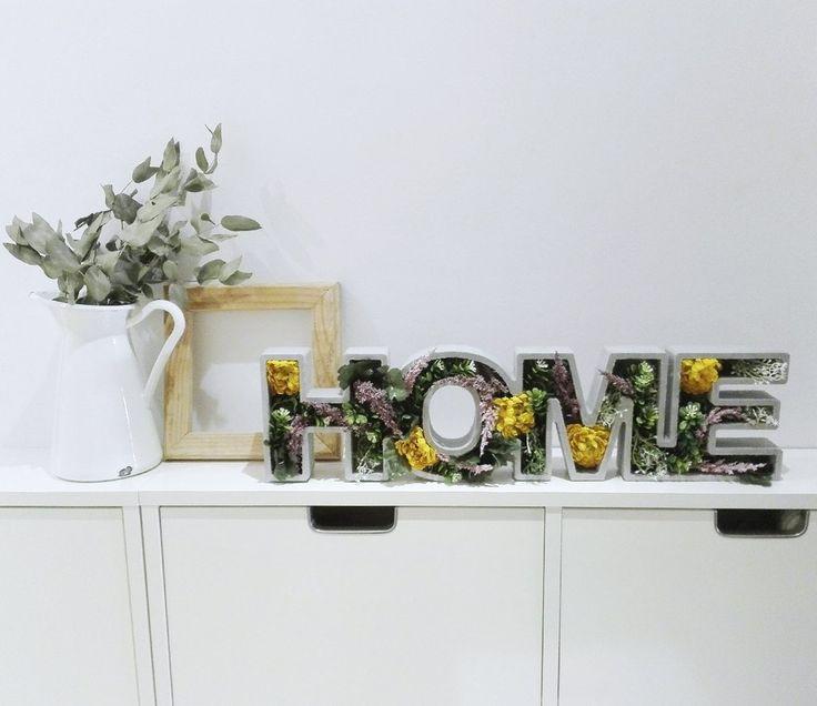 Nuestras piezascon flores son únicas. Ideales para regalar, para decorar la entrada decasa o el salón... Como todas las piezas de Letras Luces, ¡súper versátil! Decorar con letras floreadas #bloom #bloomedletters #tiendaonline #decoracion #flores #letrasflores #nordico